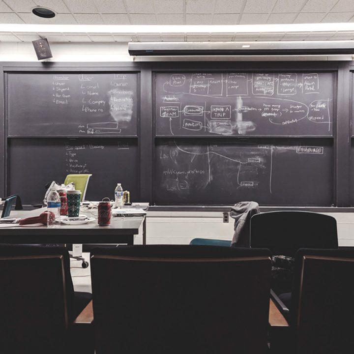 Foto de sala de aula de cursos no exterior.