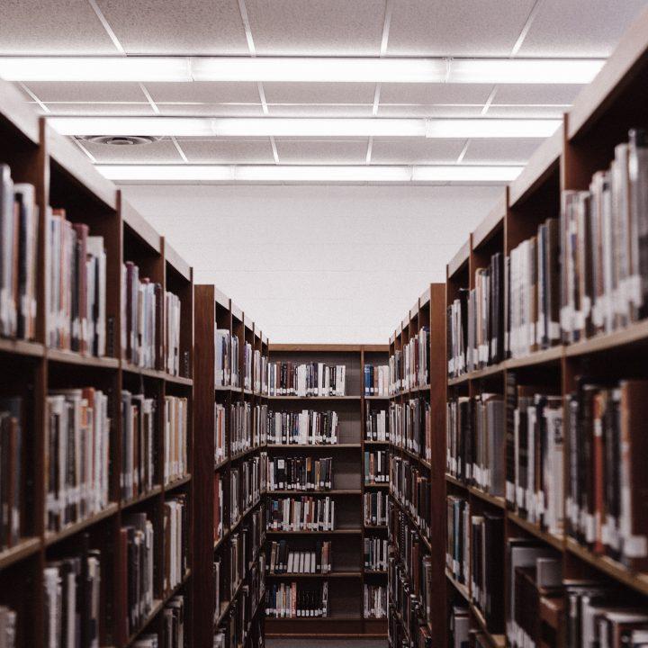 Foto de biblioteca em escola que oferece curso técnico na Irlanda
