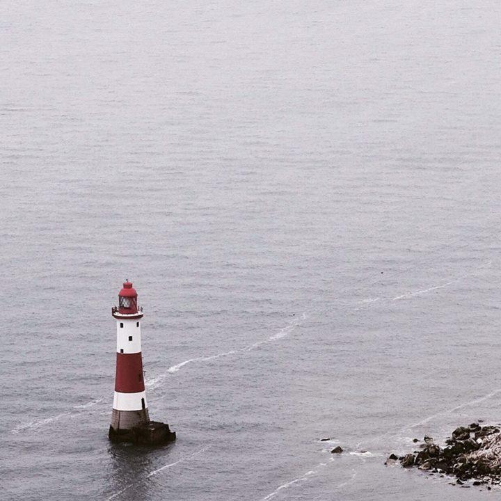 Agência de Intercâmbio e serviços de acomodação. Foto de farol no mar.
