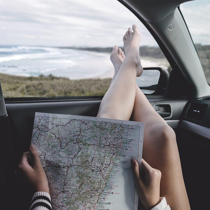 Foto de mulher com mapa fazendo intercambio para a Austrália.