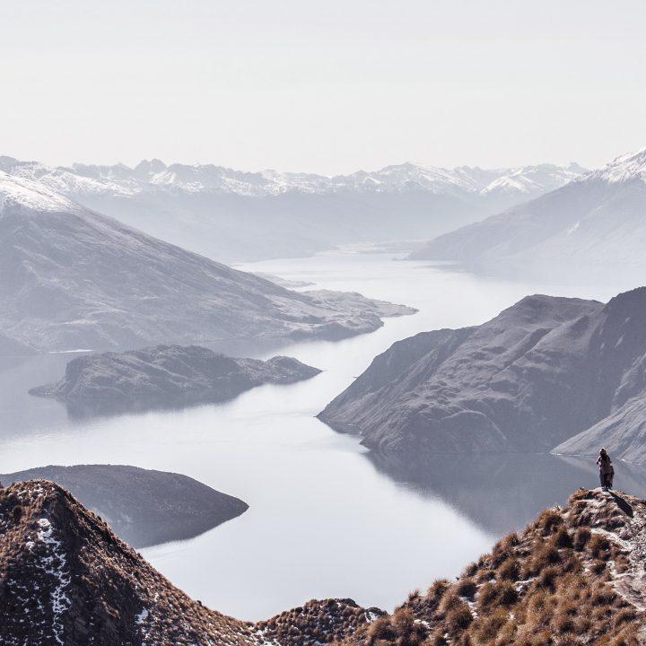 Intercâmbio para Nova Zelândia. Foto de homem no topo de uma montanha.
