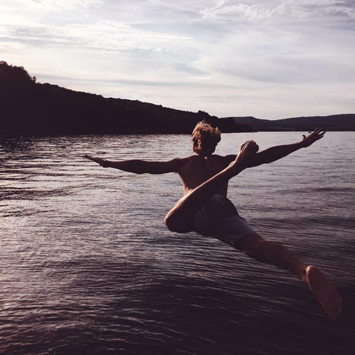 Up Study Agência de Intercambio - Foto de pessoa nadando em lago.