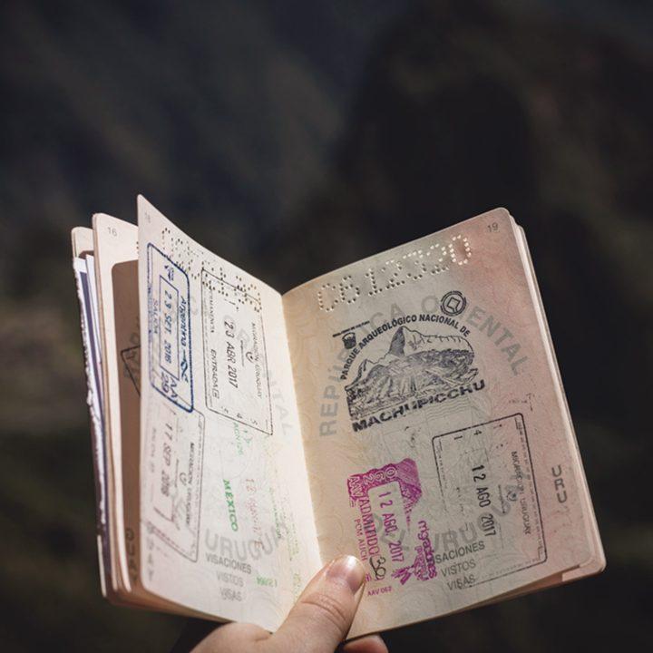 Vistos para Intercambio. Foto de estudante segurando passaporte.