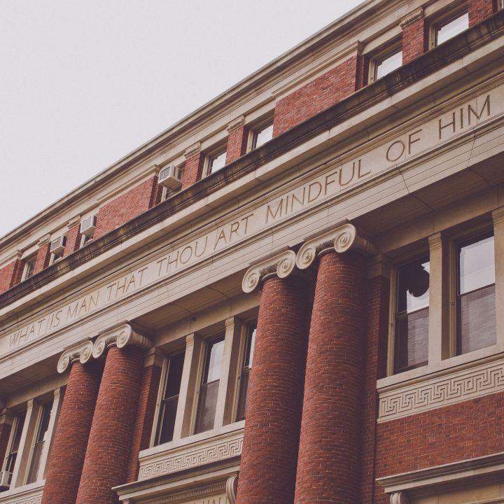 Cursos universitários nos EUA. Na foto, universidade de harvard.