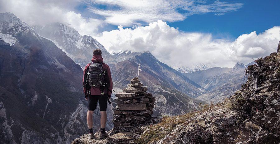 viajante no topo de uma montanha