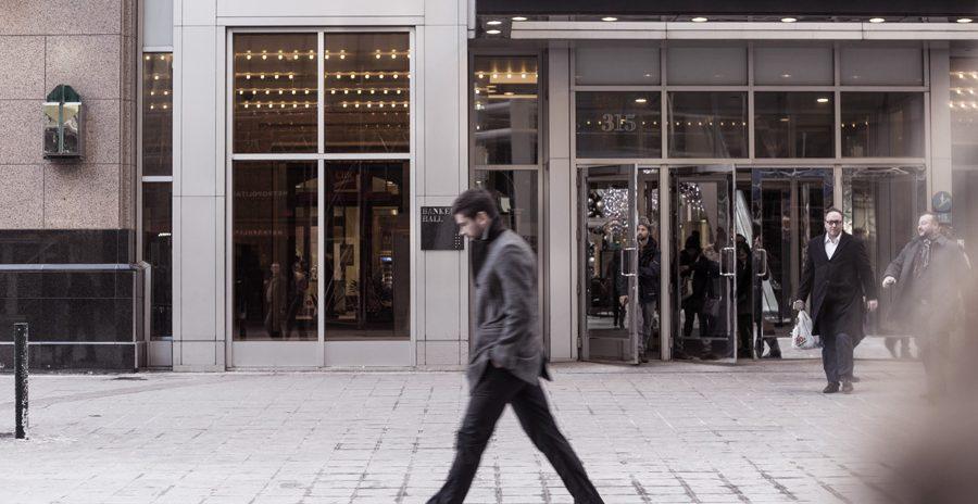 pessoa andando no centro de uma cidade