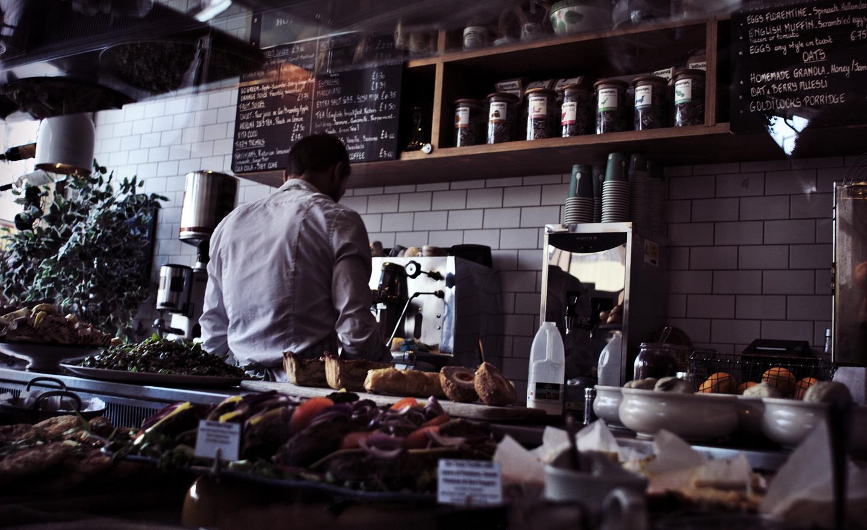 Trabalhar na Irlanda. Na foto, um barista ou garçom trabalhando em um café.