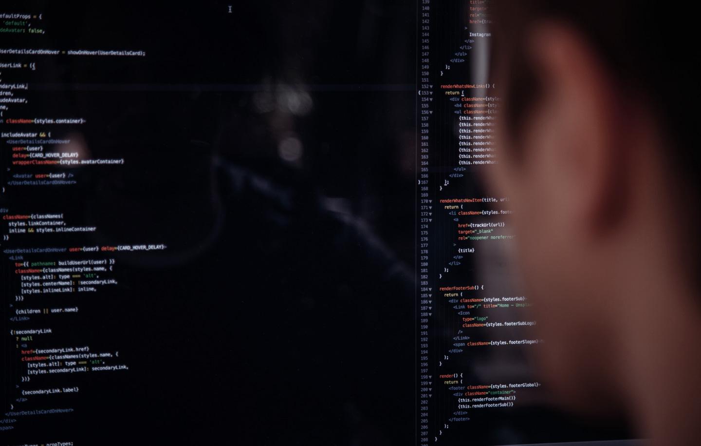 Trabalhar no Canadá. Foto de um engenheiro da computação trabalhando em Toronto com a tela do computador aberta.