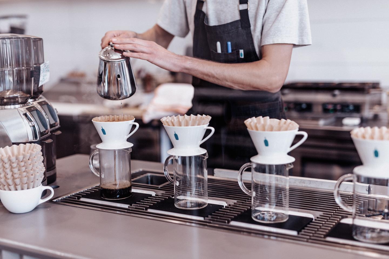 Trabalhar na Nova Zelândia, na foto um barista em uma cafeteria em Auckland.