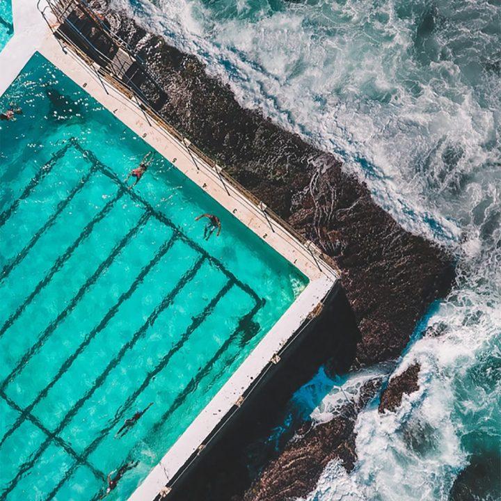 Australia, Bondi Beach com pessoas na piscina retratando a agência de intercâmbio Up Study