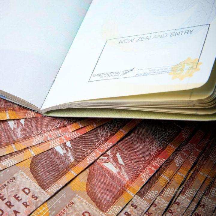 imagem com passaporte e cédulas de dinheiro