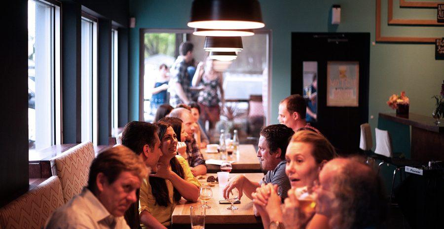 pessoas em um restaurante falando inglês australiano