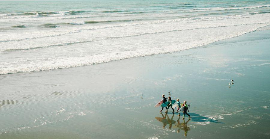 Surfistas na praia na Austrália